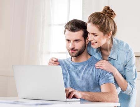 Junges Paar prüft steuerliche Auswirkungen beim gemeinsamen Konto