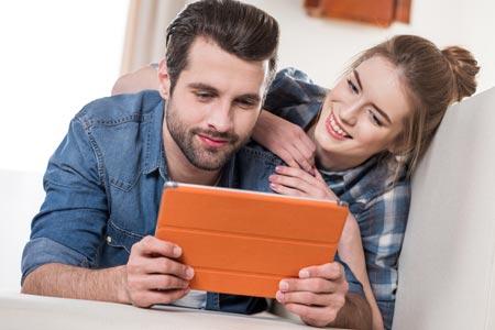 Junges Paar vergleicht Und- und Oder-Konten